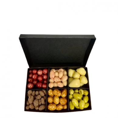 """Riešutų ir džiovintų uogų rinkinys  """"Šokolado skanumas"""" dėžutėje"""